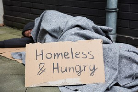 Bild: Homeless And Hungry Man Sleeping, Urheber: Andrey Popo © Fotolia.com